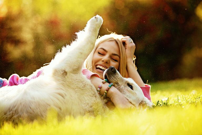 hund og dame lekende i parken
