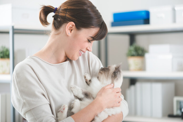 Kvinne som koser med katt